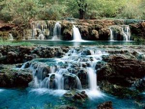 El agua al correr, siempre encuentra un camino para avanzar, no importa lo complicado del obstáculo.