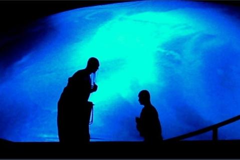 El discípulo con miedo a fallar, pregunta a su maestro quien, cariñosamente le anima a recordad la lección.