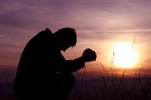 A veces dejamos de orar simplemente porque no sabemos la diferencia entre Orar y Rezar.