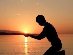 Es orando y/o meditando, centrados en nuestra respiración, como podemos conectarnos con Dios.