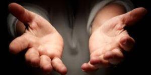 Es mejor tender la mano que señalar con el dedo. Si ya saliste del hoyo, solo ayuda a otro a salir.