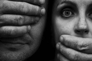 La represión de una emoción nos coloca en la víctima y el sufrimiento. Se hace por miedo.
