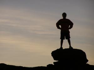 La mejor manera de sentirnos invencibles es sabiendo que Dios está con nosotros y si siempre está, ¿Por que lo dejamos ir?
