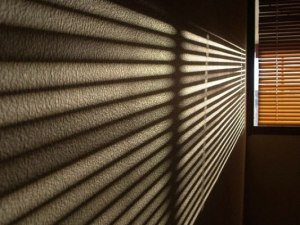 Las palabras que nos repetimos funcionan com persianas que filtran la entrada de luz a nuestras vidas.