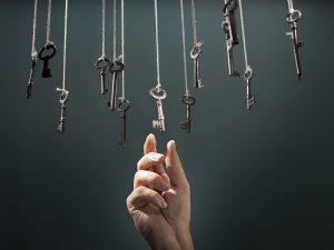 La intuición nos guía hacia la llave que abre las puertas correctas.